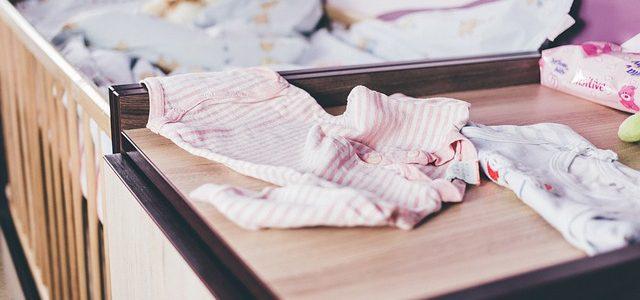 un lit de bébé évolutif avec rangements