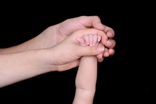 une main de bébé