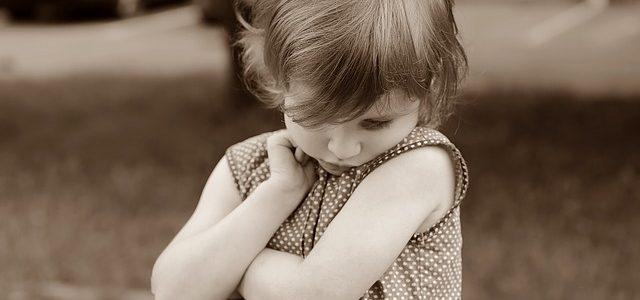 un jeune enfant timide