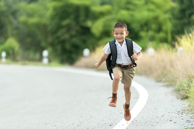 enfant heureux d'aller à l'école