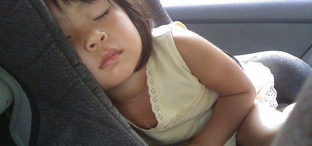 enfant qui dort dans la voiture